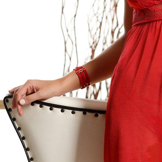 Bracelete em Acabamento Elástico e Detalhe em Argola Metálica Vermelho